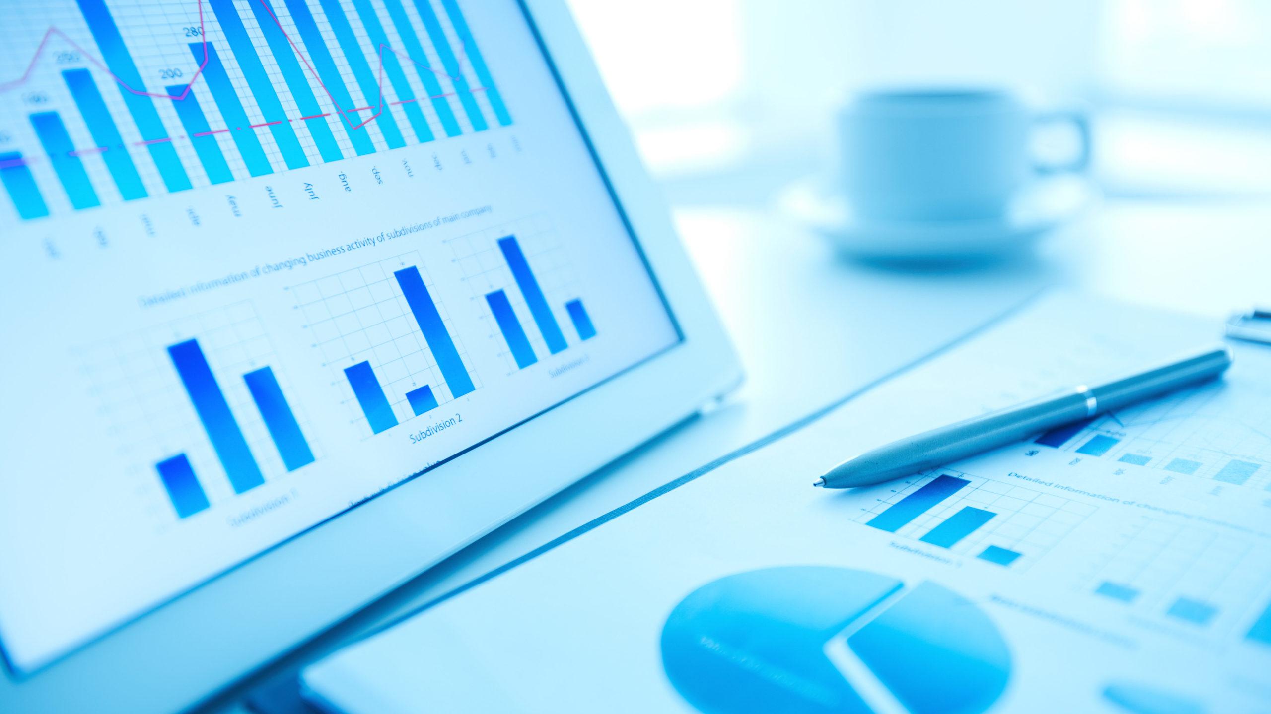 tablette et graphique papier avec courbe financière. illustre broker.